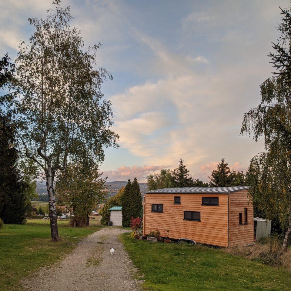 Ambiente: Tiny House bei herbstlichen Sonnenuntergang im Tiny House Village