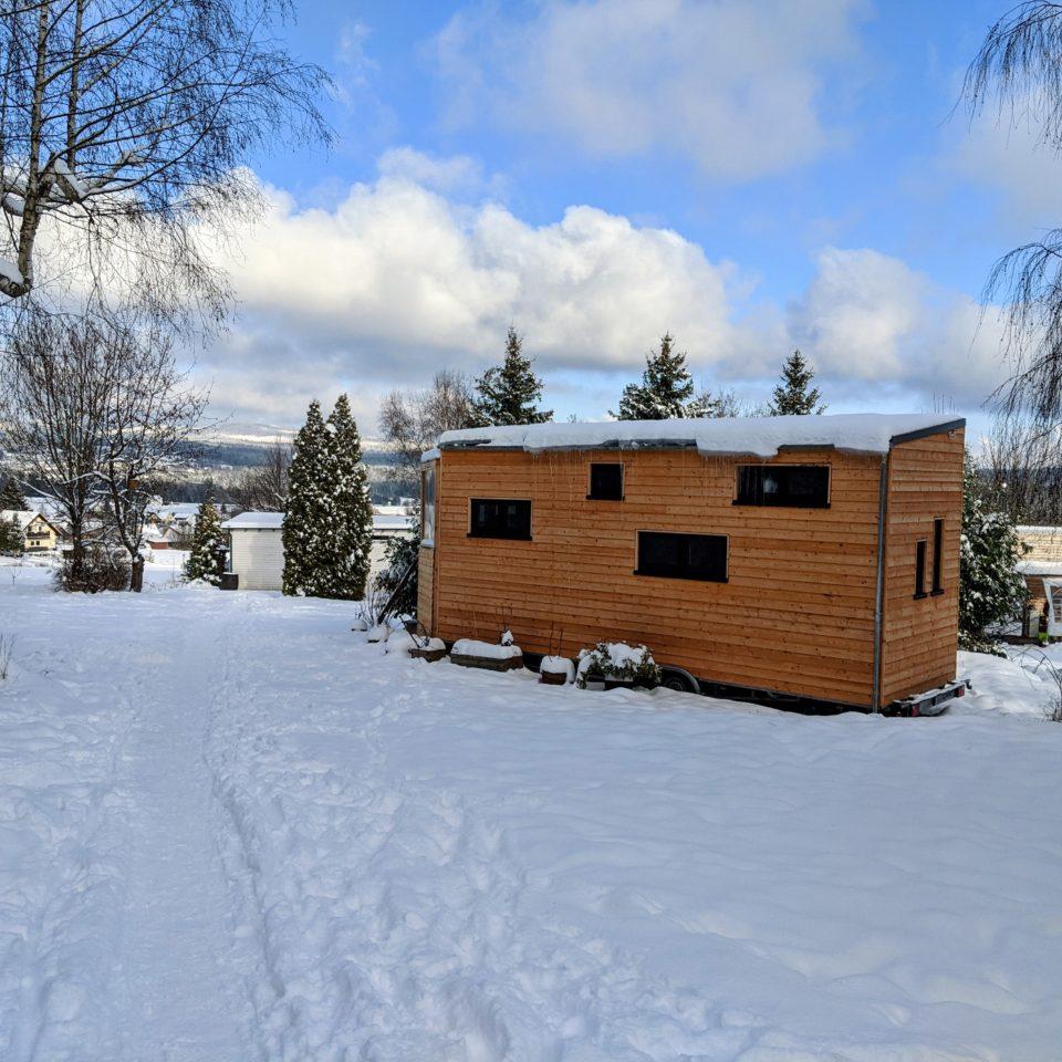 Unser Tiny House an seinem Stellplatz im Tiny House Village bei Schnee